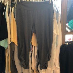 Danskin rouched bottomed legging capris